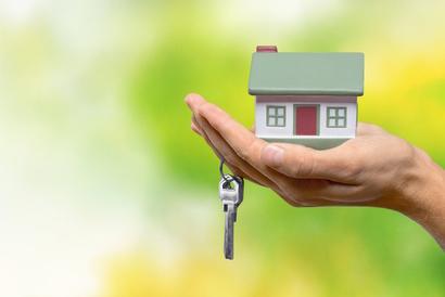 Haus auf Hand mit Schlüssel