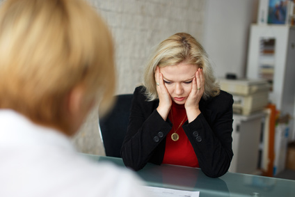 Frau ist wegen dem Unterliegen einer Betrugsmasche betrübt