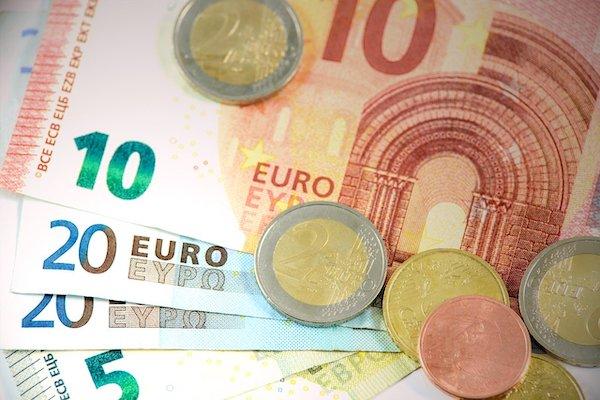 Euroscheine und Euromünzen als Symbol für die Bettensteuer